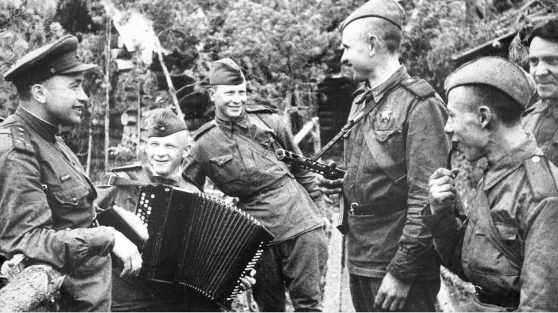 В Голландской деревне почтили честь Советских солдатов
