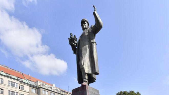 Памятник маршалу Коневу в Праге переносят в музей. В России негодуют